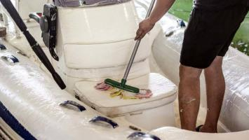 Schlauchboot reinigen mit der Bürste